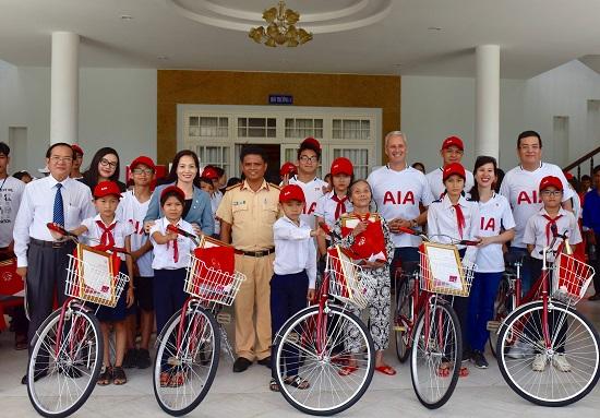 Trao tặng xe đạp và hợp đồng bảo hiểm cho trẻ em nghèo tỉnh Quảng Nam