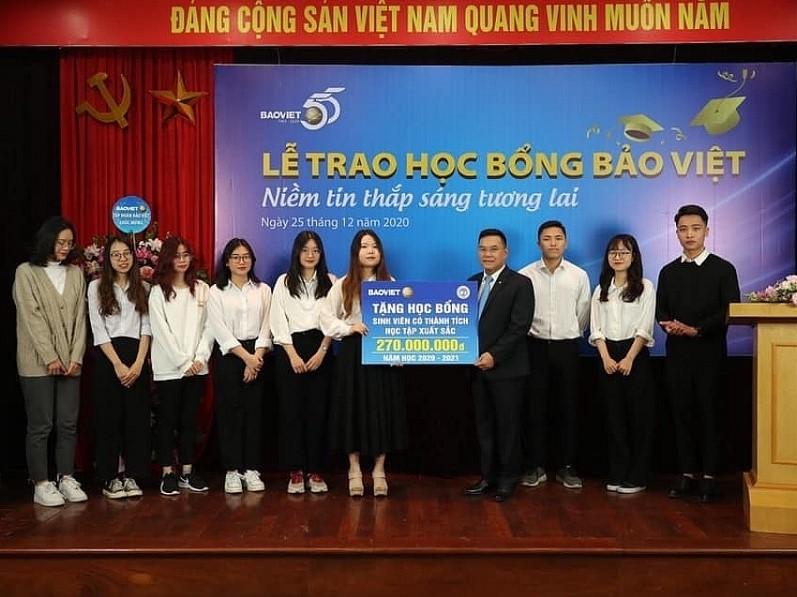 """Học bổng """"Bảo Việt - niềm tin thắp sáng tương lai"""" đồng hành cùng sinh viên Đại học Kinh tế Quốc dân"""