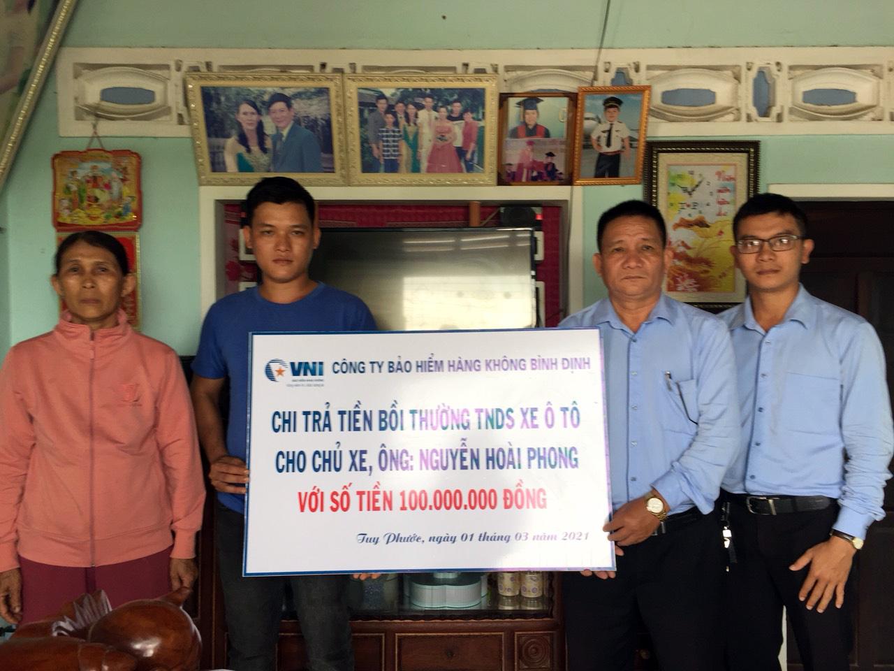 VNI Bình Định trao 100 triệu bồi thường bảo hiểm trách nhiệm dân sự