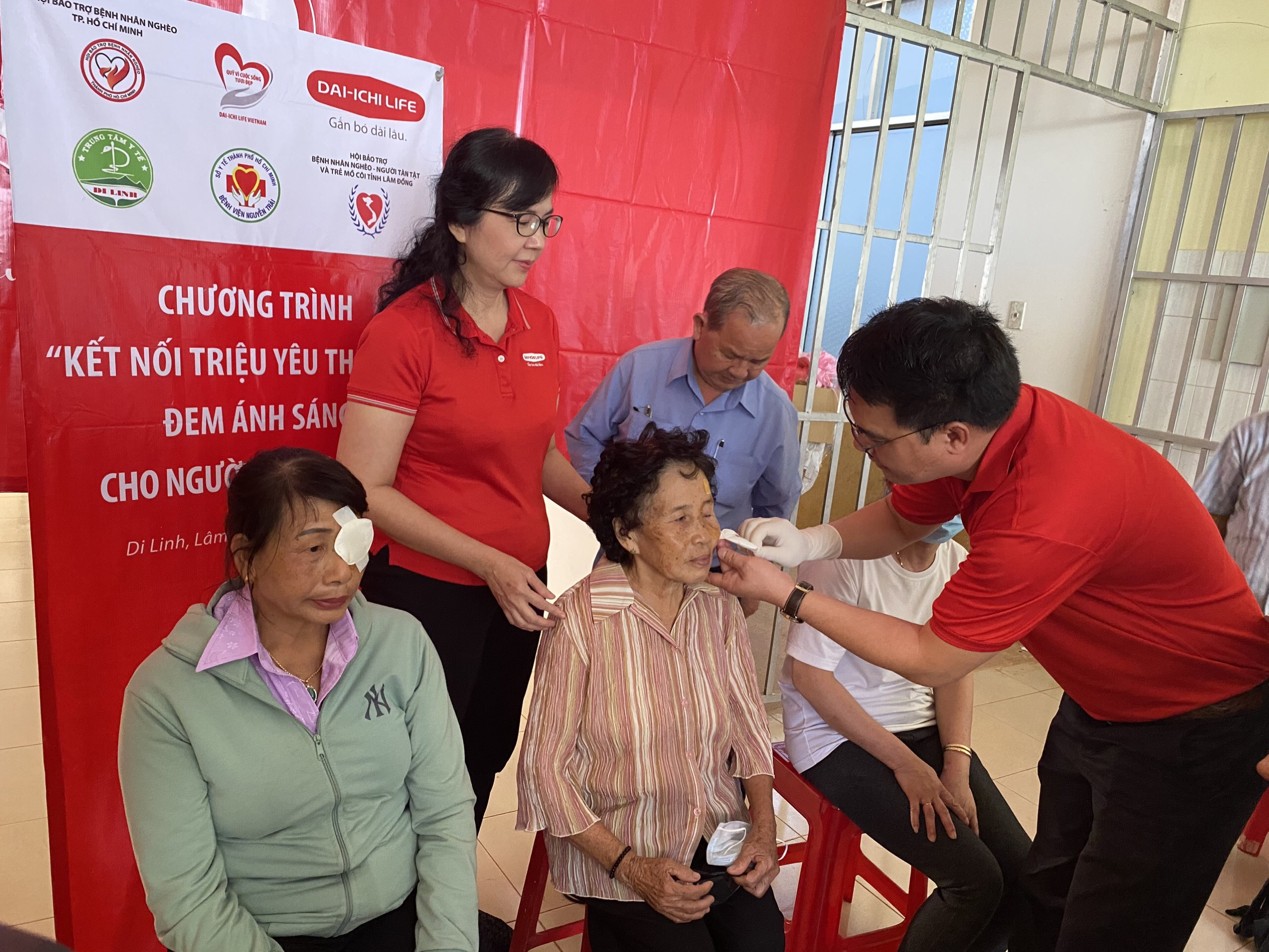 """Dai-ichi Life Việt Nam tiếp tục triển khai trương trình """"Đem ánh sáng cho người nghèo"""" lần thứ 13"""