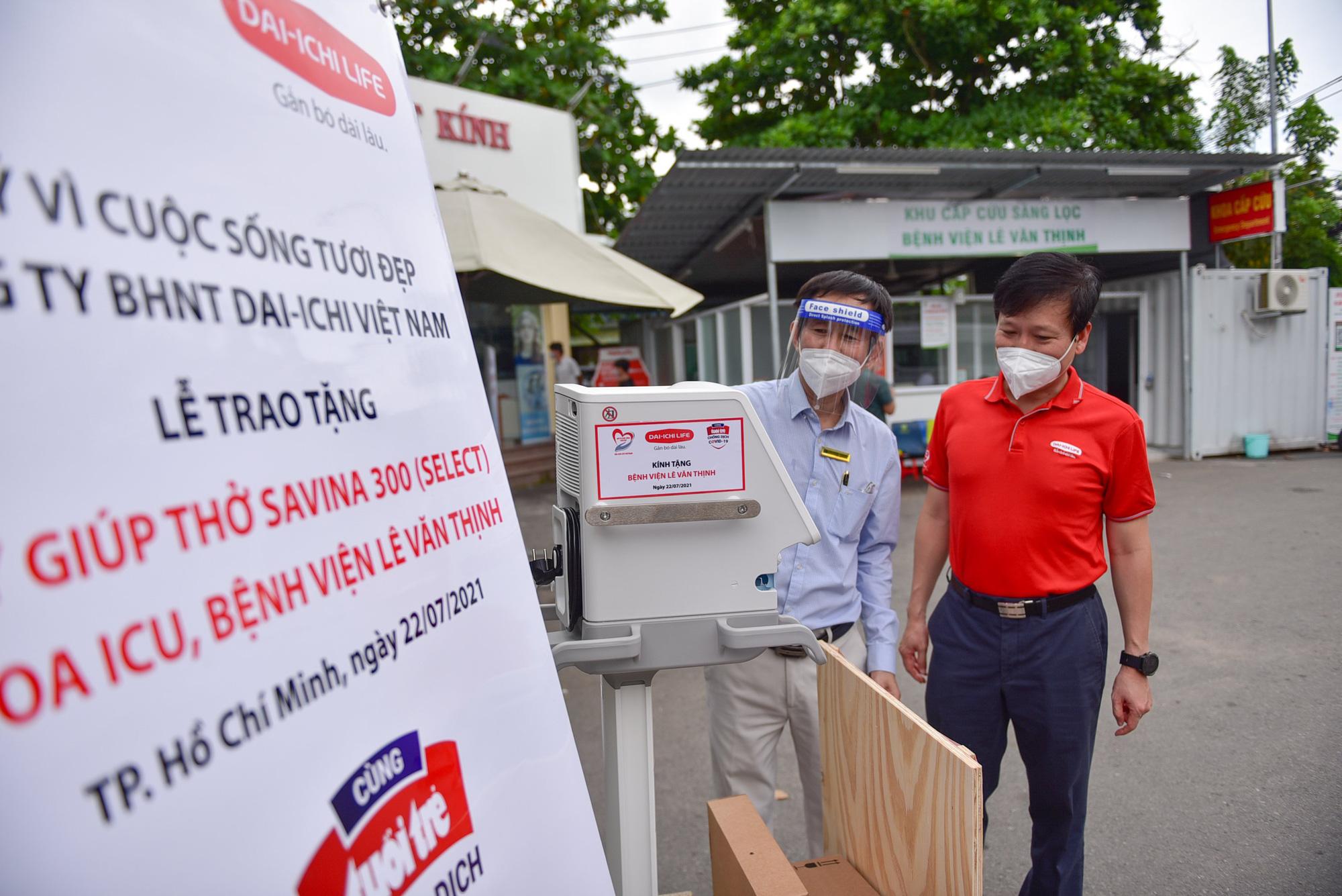 Dai-ichi Life Việt Nam trao tặng máy giúp thở đa năng Savina 300 (Select) cho Bệnh viện Lê Văn Thịnh